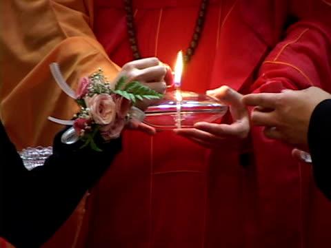 monaco con a lume di candela - abbigliamento religioso video stock e b–roll