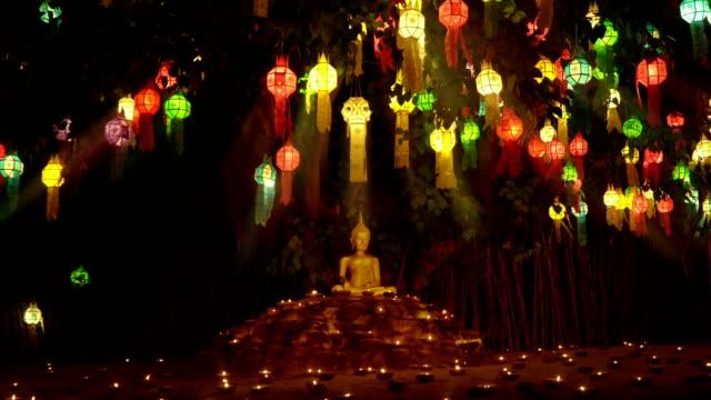 vídeos y material grabado en eventos de stock de monje encender una velas y linternas para orar a buda en el templo, chiang mai, tailandia - hermano
