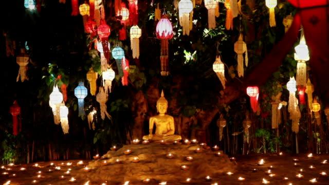 vídeos de stock, filmes e b-roll de monge acender uma velas para rezar o buda no templo, chiang mai, tailândia - ano novo budista