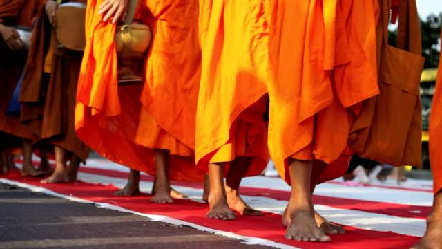 Monje masa de dar limosna en Bangkok - vídeo