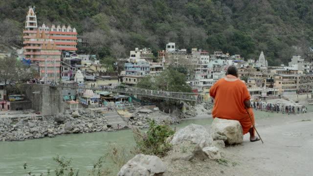 vídeos y material grabado en eventos de stock de monje vista al puente colgante. - árboles genealógicos