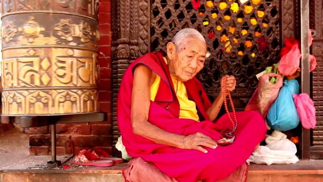 monk praying prayer beads - stupa stok videoları ve detay görüntü çekimi