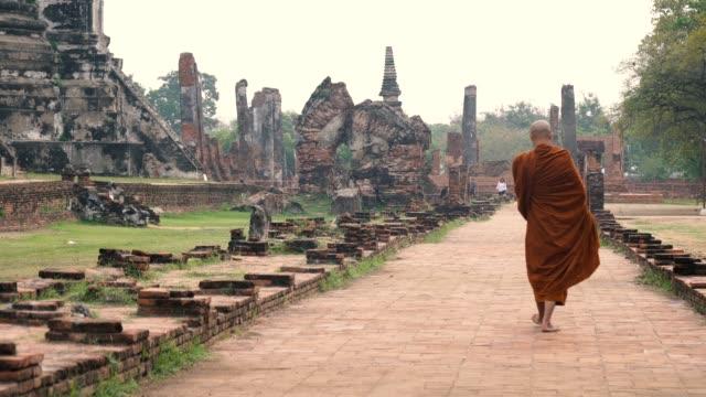 Monk walking get food at Pra Sri San Petch temple, Ayutthaya, Thailand video