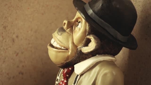 vídeos de stock e filmes b-roll de monkey figure hd footage - berlin wall