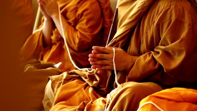 mönche der religiöse rituale - kambodschanische kultur stock-videos und b-roll-filmmaterial