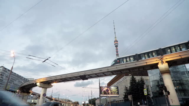monorotaia treno e tv torre di ostankino - subway video stock e b–roll