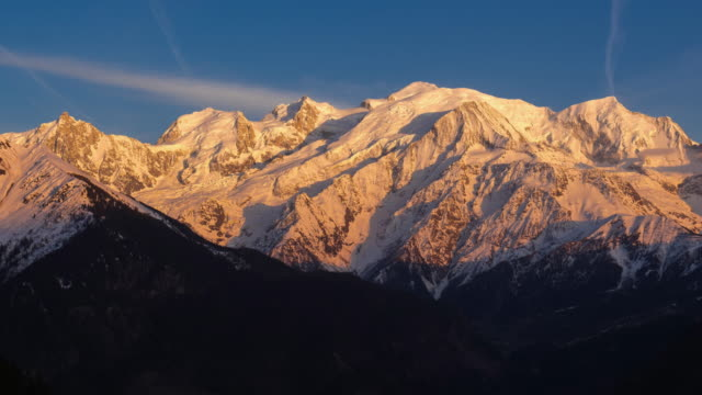 mont blanc mountain range. timelapse from sunset to twilight. chamonix, haute-savoie, alps, france - monte bianco video stock e b–roll