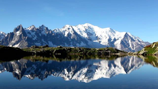 mont blanc riflesso di lac blanc - monte bianco video stock e b–roll
