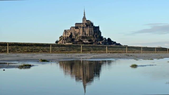 vidéos et rushes de mont-saint-michel, france, reflétant le mont - bretagne