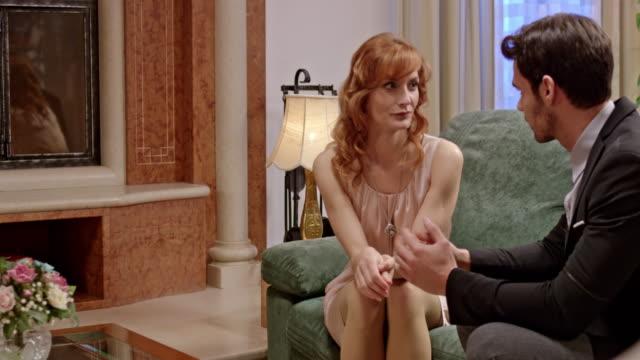 stockvideo's en b-roll-footage met montage: een gekonkel vrouw met een discussie met een man op de bank - acteur
