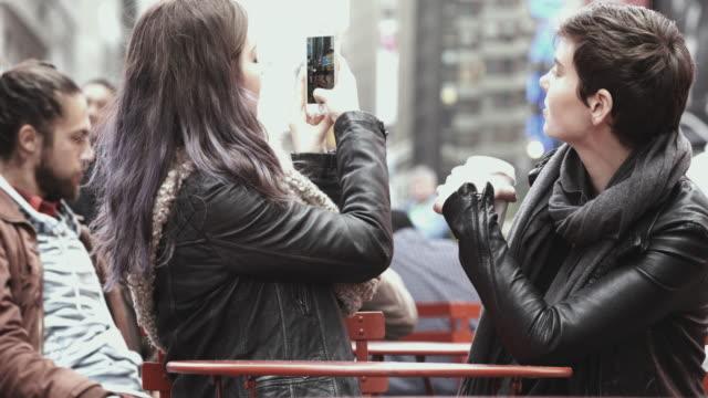 4 k montage -girlfriends selfie in time square new york - montage filmtechnik stock-videos und b-roll-filmmaterial