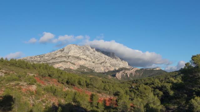 vidéos et rushes de montagne sainte-victoire - une crête de montagne calcaire dans le sud de la france - aix en provence