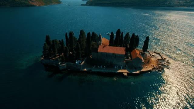 vídeos de stock, filmes e b-roll de montenegro,perast.flying sobre sveti dorde ilha no mar. filmagem aérea drone - vinho do porto
