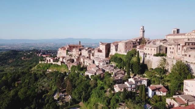 montepulciano, siena, i̇talya. şehrin havadan görünümü - toskana stok videoları ve detay görüntü çekimi