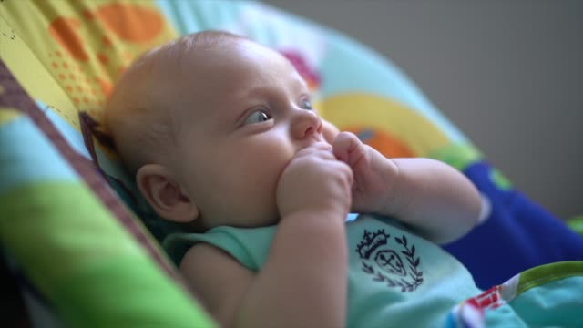 3 месяца ребенок положить пальцы в рот - голодный стоковые видео и кадры b-roll