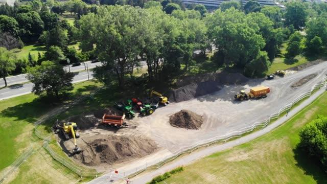 montreal, quebec, kanada - juli 8 2018: 4k-luftbild von baumaschinen in einem park - grundstück stock-videos und b-roll-filmmaterial