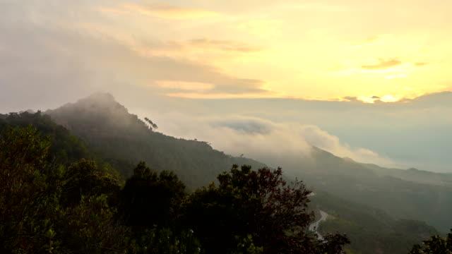 vídeos de stock, filmes e b-roll de vista para a montanha de montserrat - penedo