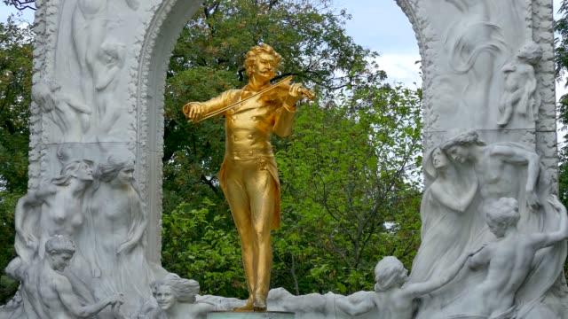 vidéos et rushes de monument, johann strauss ii, stadtpark, vienne, autriche - compositeur