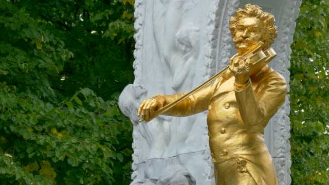 vídeos de stock e filmes b-roll de monument, johann strauss ii, stadtpark, vienna, austria - compositor