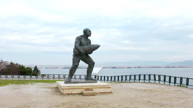 vidéos et rushes de monument du célèbre turc caporal, seyit cabuk (seyit onbasi) transportant une pièce d'artillerie au memorial de, turquie martyrs de canakkale. - première guerre mondiale
