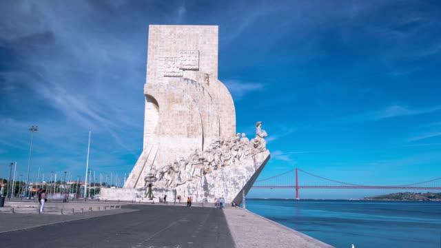 pomnik odkrywców świętuje portugalczycy, którzy wzięli udział w epoce odkryć, lizbona, portugalia ekspozycja poklatkowa hyperlapse - badawczy statek kosmiczny filmów i materiałów b-roll
