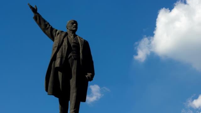 monument to vladimir lenin. blue sky background, summer season. - heykel stok videoları ve detay görüntü çekimi