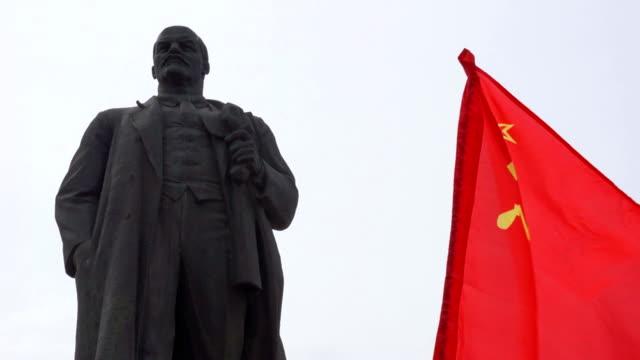 denkmal vladimir lenin - kommunismus stock-videos und b-roll-filmmaterial