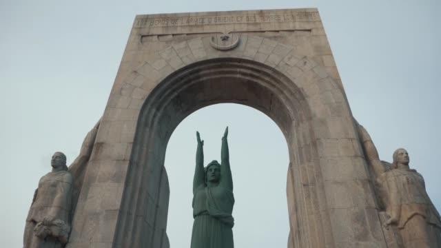 monument to war heroes in one of the cities of europe. stock - męczennik filmów i materiałów b-roll