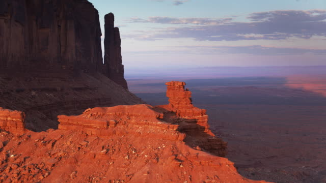 Monument Valley Outcrops at Sunset видео