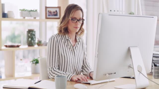 vídeos de stock, filmes e b-roll de humor: negócio de acabamento - escrivaninha