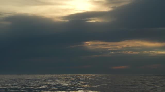 vídeos de stock e filmes b-roll de moody sky over mediterranean sea - linha do horizonte sobre água