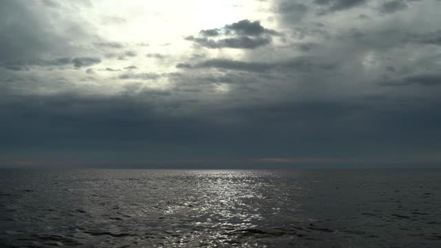 vídeos de stock e filmes b-roll de moody sky over the mediterranean sea - linha do horizonte sobre água