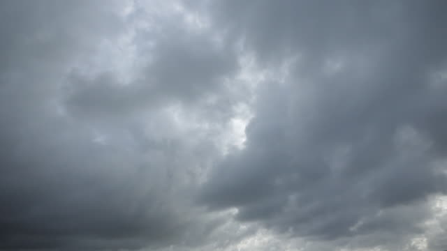 vídeos de stock, filmes e b-roll de nuvens de tempestade temperamental lento - nublado