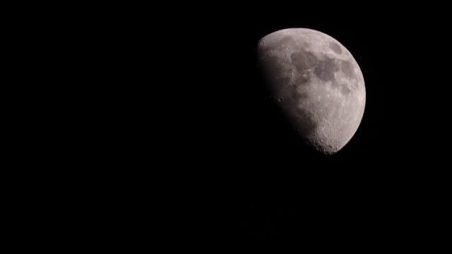 vídeos y material grabado en eventos de stock de luna por la noche en el cielo negro - espacio y astronomía