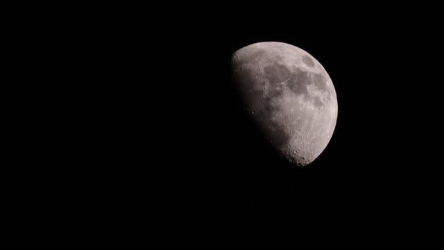 mond in der nacht am schwarzen himmel - weltraum und astronomie stock-videos und b-roll-filmmaterial