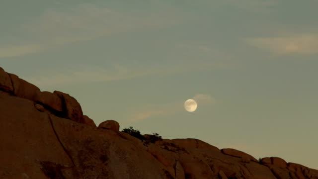 ムーン上昇岩の形状 - ジョシュアツリー国立公園点の映像素材/bロール