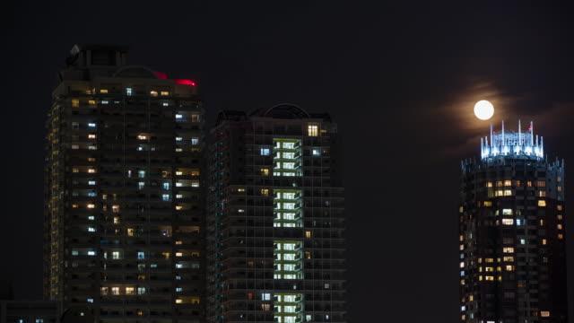 東京の高層ビル上 T/L 8 K ムーンライジング ビデオ