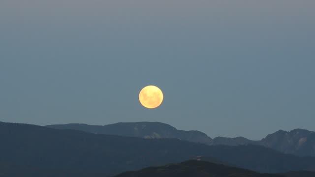vídeos de stock e filmes b-roll de lua crescente à noite - wellington