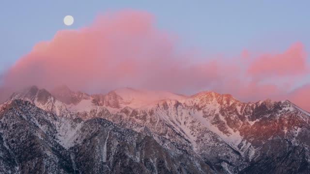 moon inställningen bakom bergen under sunrise 4k - pink sunrise bildbanksvideor och videomaterial från bakom kulisserna