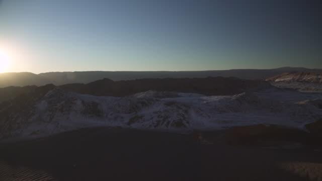 stockvideo's en b-roll-footage met moon valley / vale de la luna - atacama woestijn - maasvallei