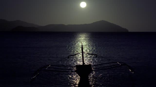 stockvideo's en b-roll-footage met maanlicht op het strand - er even tussenuit