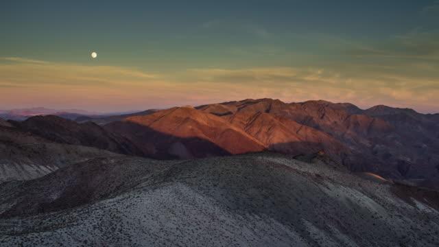 vídeos de stock e filmes b-roll de moonrise over death valley - time lapse - parque nacional do vale da morte