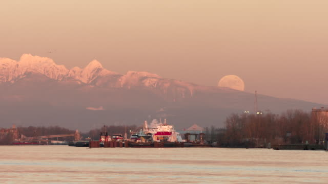vídeos de stock e filmes b-roll de moonrise over fraser river vancouver - montanha costeira