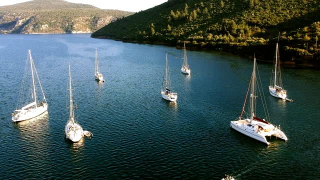 vídeos y material grabado en eventos de stock de veleros moored - anclado