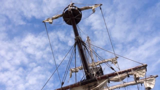 förtöjning av ett piratskepp. - segelfartyg bildbanksvideor och videomaterial från bakom kulisserna