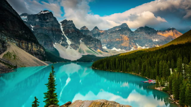 moraine lake im banff national park - kanada - zeitraffer - kanada stock-videos und b-roll-filmmaterial