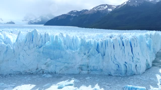 ледник морено, идет небольшой снег - ледник стоковые видео и кадры b-roll