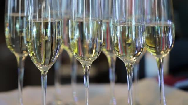 morgen bräute. champagner im glas. perty hochzeit - champagner toasts stock-videos und b-roll-filmmaterial