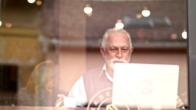 모닝 커피  - 활동적인 노인 스톡 비디오 및 b-롤 화면