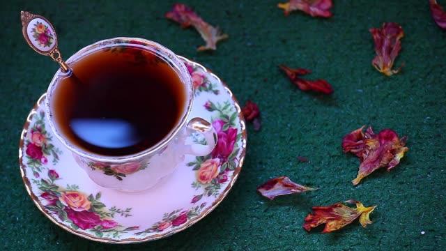 filmati del tè nero inglese mattutino - teiera video stock e b–roll